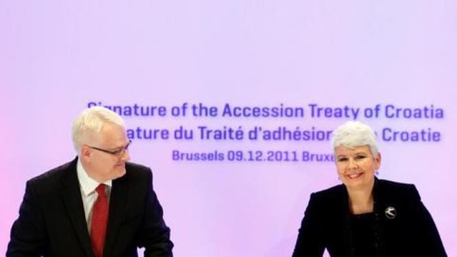 Presiden Kroatia Ivo Josipovic (ki) and PM Jadranka Kosor di Uni Eropa