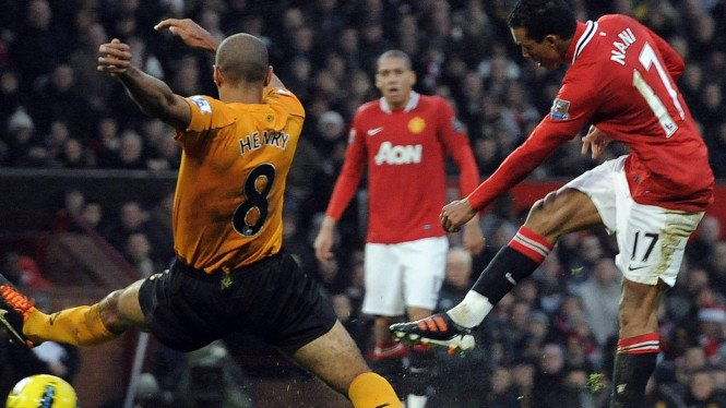 Nani (merah) saat melawan Wolverhampton Wanderers