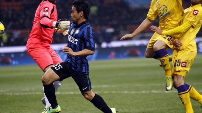 Yuto Nagatomo (biru hitam) saat hendak mencetak gol ke gawang Fiorentina