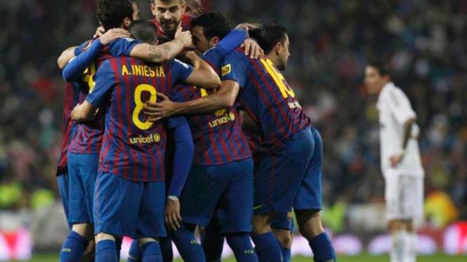 Para pemain Barcelona merayakan gol Sanchez