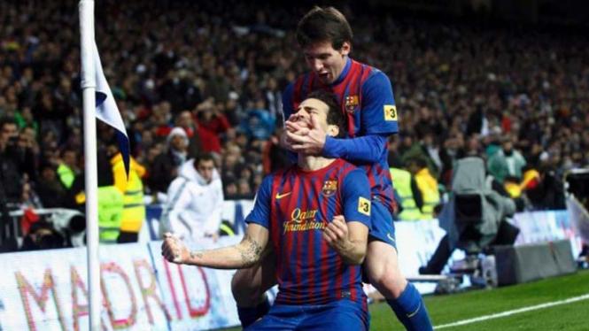 Cesc Fabregas merayakan gol bersama Lionel Messi