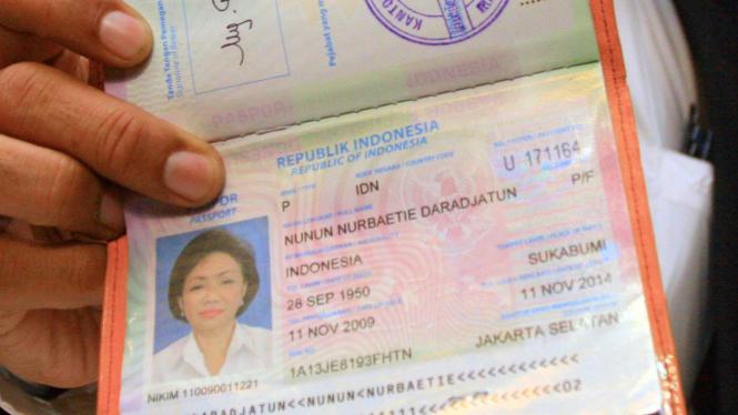 Paspor Nunun Nurbaetie saat ditunjukan di KPK