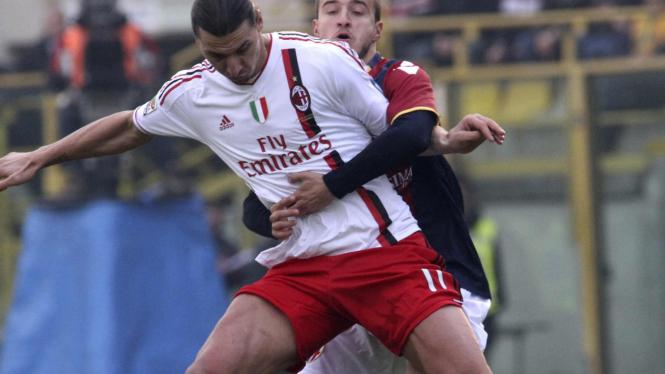 Zlatan Ibrahimovic (putih) dikawal ketat pemain Bologna, Federico Casarini