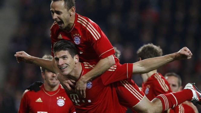 Mario Gomez (bawah) rayakan gol ke gawang Stuttgart