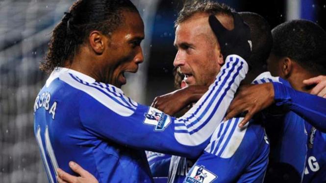 Raul Meireles merayakan gol bersama Didier Drogba