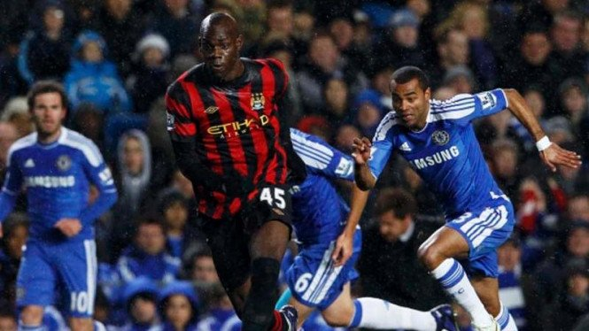 Ashley Cole berusaha mengejar Mario Balotelli