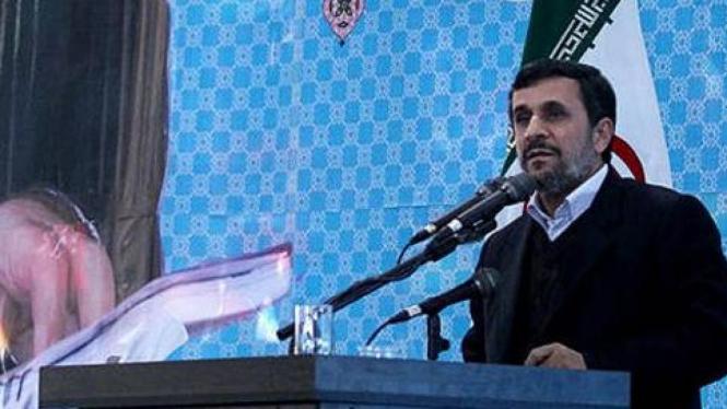 Presiden Mahmoud Ahmadinejad sebelum dilempar sepatu