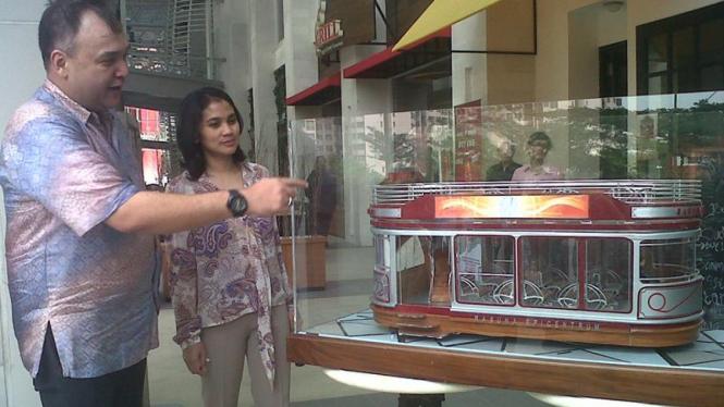 Andre R Makalam dan Aninditha Bakrie berdiri di dekat maket trem