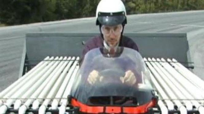Mobil roket berbahan bakar cola dan permen