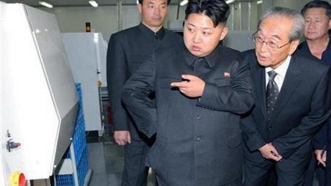 Kim Jong-un (tengah)