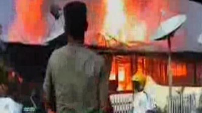 Polisi bakar diri, belasan rumah terbakar