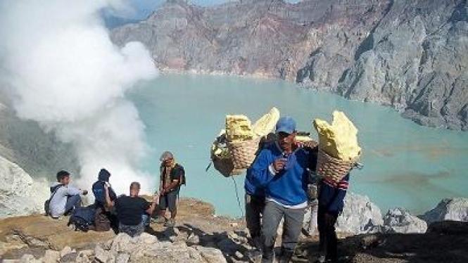 Penambang Belerang di Gunung Ijen