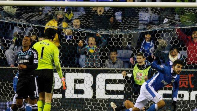 Pemain Wigan, Jordi Gomez (kanan) buyarkan kemenangan Chelsea