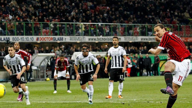 Zlatan Ibrahimovic mencetak gol lewat penalti lawan Udinese