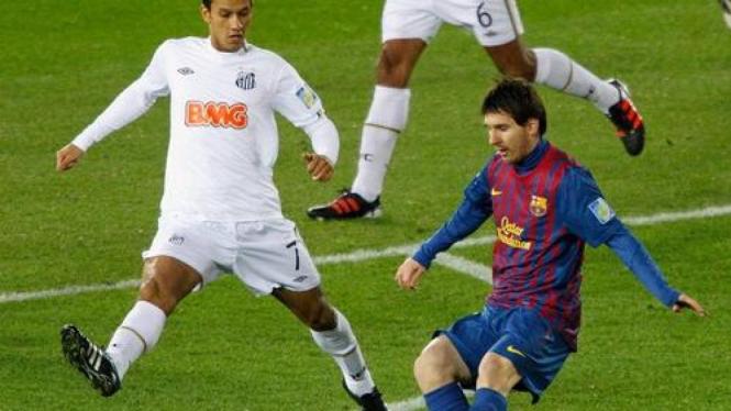 Lionel Messi mencetak gol ke gawang Santos