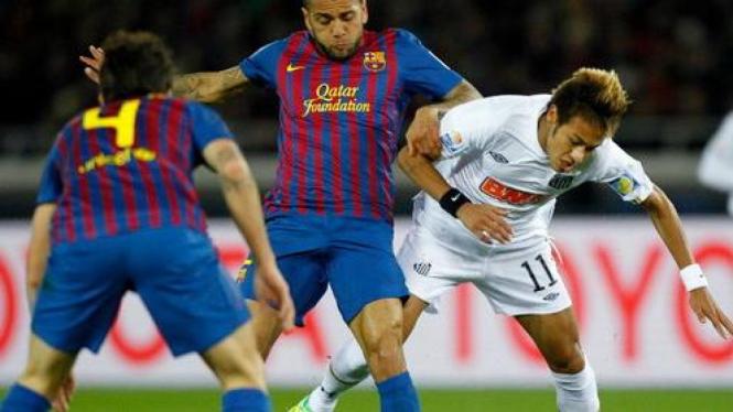 Daniel Alves berduel dengan Neymar