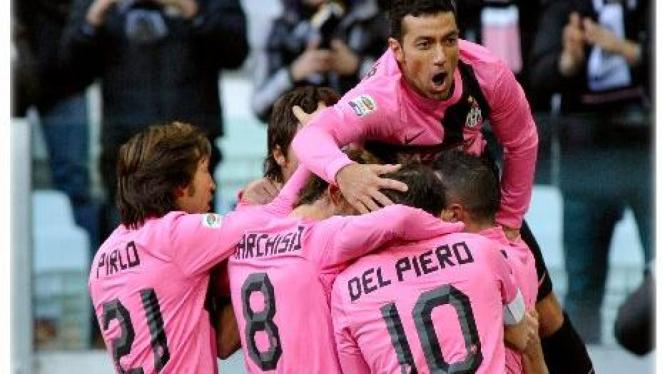 Pemain Juventus merayakan gol Fabio Quagliarella (atas)