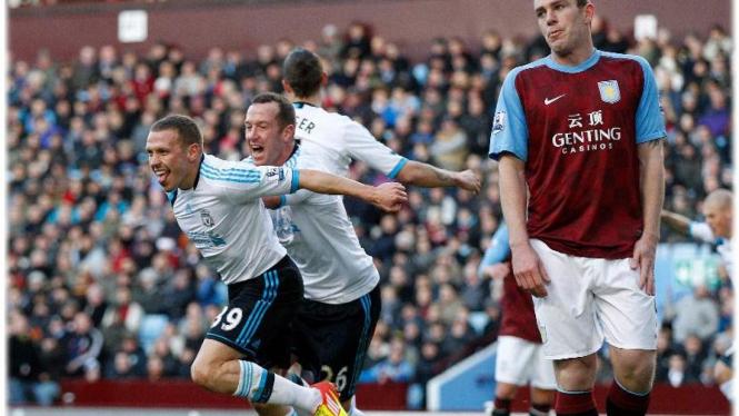 Craig Bellamy (kiri) usai membobol gawang Aston Villa