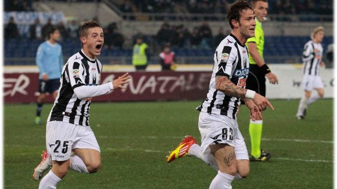 Pemain Udinese Antonio Floro Flores merayakan gol lawan Lazio