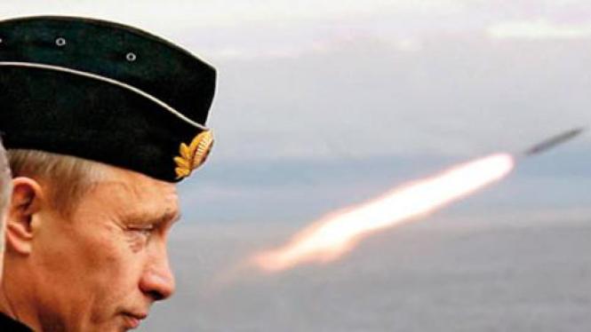 Perdana Menteri Rusia Vladimir Putin menyaksikan uji coba rudal