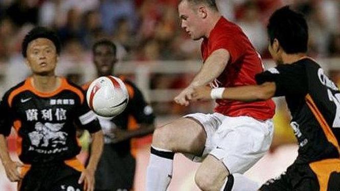 Wayne Rooney (tengah) perkuat Manchester United vs Shenzhen FC pada 2007