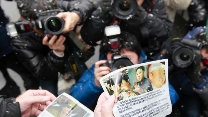 Para fotografer di Korea Selatan memfoto suatu selebaran
