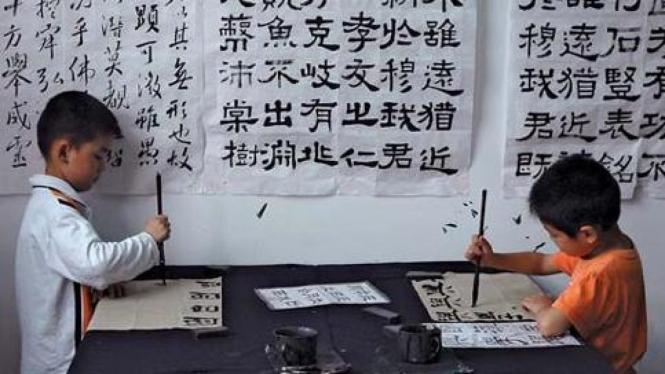 Dua anak belajar seni kaligrafi China