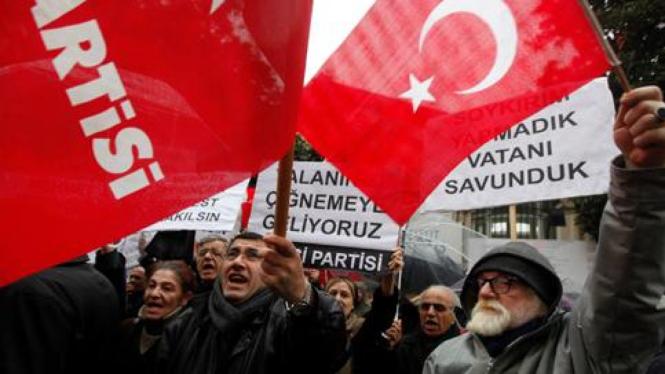 Warga Turki saat memprotes tuduhan genosida yang dilakukan Prancis
