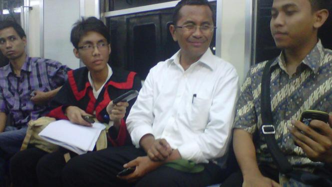 Dahlan Iskan saat naik KA Commuter Bogor-Jakarta