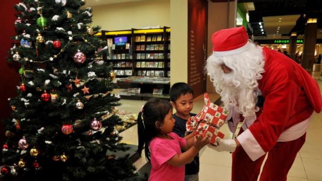 Santa Claus bagikan buku kepada anak-anak