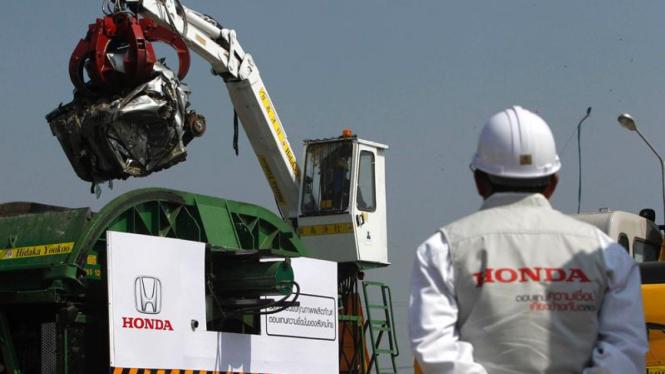Honda hancurkan mobil korban banjir Thailand