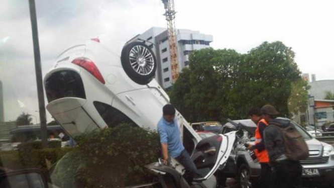 kecelakaan 2 mobil Ford Fiesta putih & CRV coklat