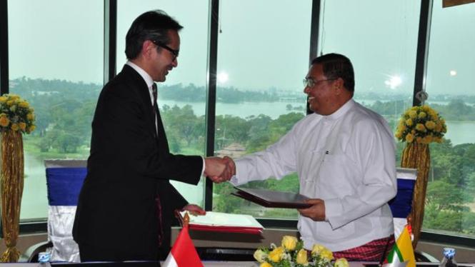 Menlu RI Marty Natalegawa dan Menlu Myanmar U Wunna Maung Lwin