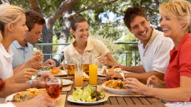 Makan bersama dengan keluarga besar.
