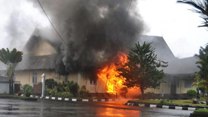 Rumah bupati kalimantan tengah dibakar massa