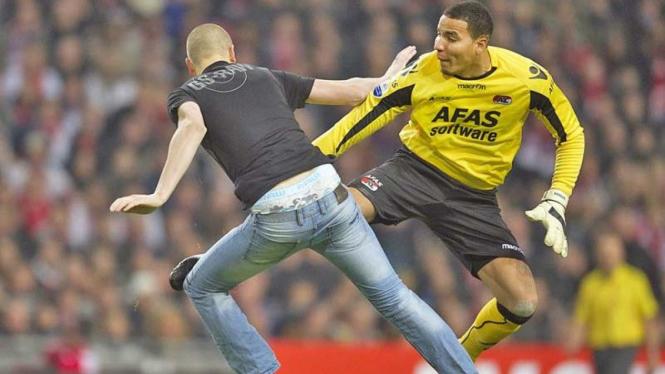 Kiper AZ Alkmaar, Esteban Alvarado versus suporter Ajax