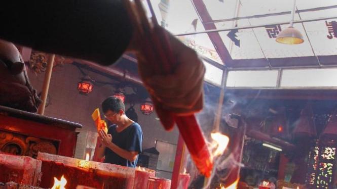 Jelang Tahun Baru Warga Tionghoa Melakukan Doa Akhir Tahun