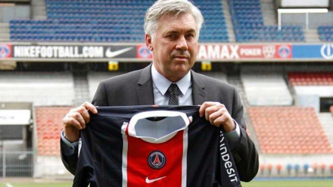 Carlo Ancelotti memegang jersey PSG