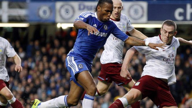 Didier Drogba (biru) diadang para pemain Aston Villa