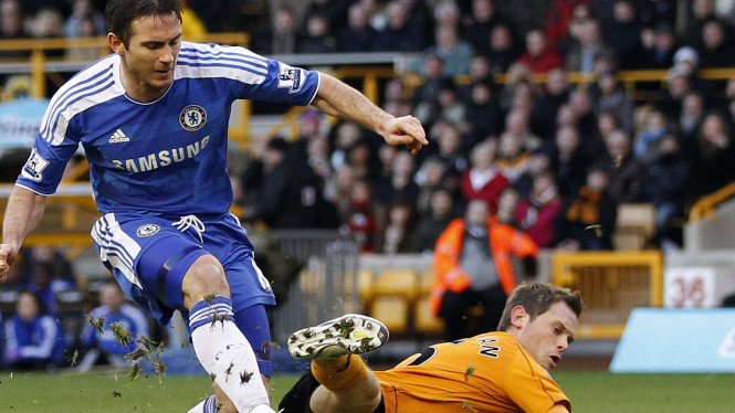 Frank Lampard (biru) beradu dengan Stearman saat menghadapi Wolves