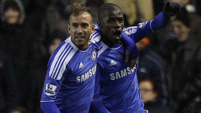 Ramires (kanan) merayakan gol bersama Raul Meireles