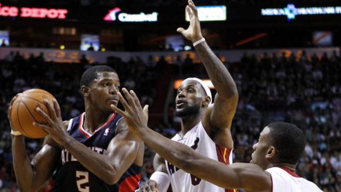 Joe Johnson (kiri/Hawks) dihadang LeBron James (tengah) dan Norris Cole