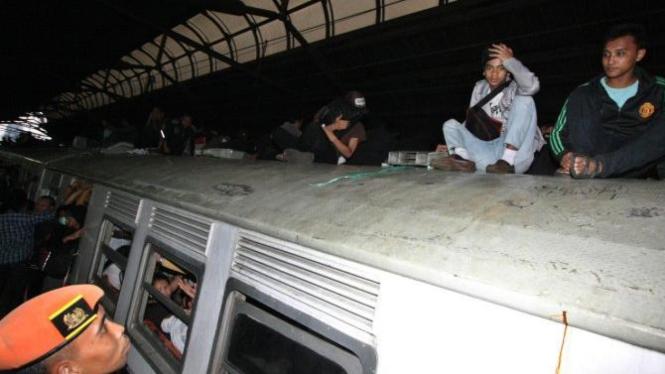Polisi Khusus Kereta Api minta penumpang di atap kereta turun