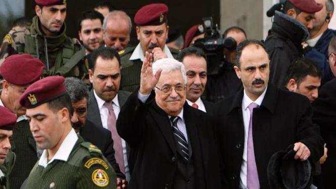Presiden Palestina Mahmoud Abbas (tengah)