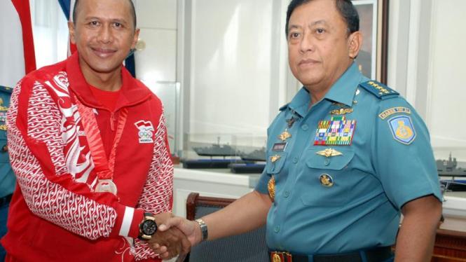 Kapten Laut (KH) Rahmad Darmawan (kiri) dan Kasal Laksamana TNI Soeparno