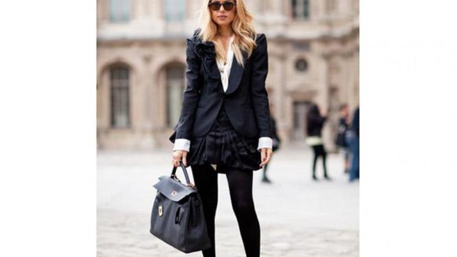 Perpaduan ruffled jacket dan pleated skirt