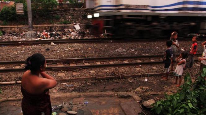 Ilustrasi Kemiskinan, Penghuni Pinggiran Rel Kereta Api