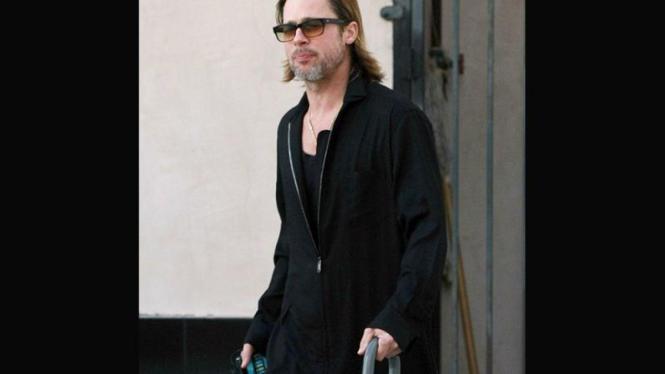 Brad Pitt Menggunakan Tongkat