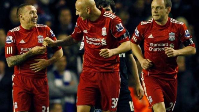 Bellamy (kiri) merayakan gol ke gawang Oldham Atlethic