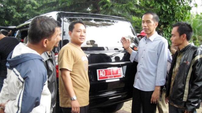 Aksi Jokowi jadi sales mobil Kiat Esemka